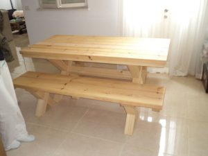 שולחן פיקניק נזירים בתוך הבית