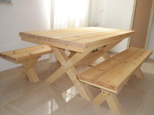 שולחן פיקינק נזירים בתוך הבית