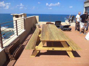 שולחן פיקניק גדול בים